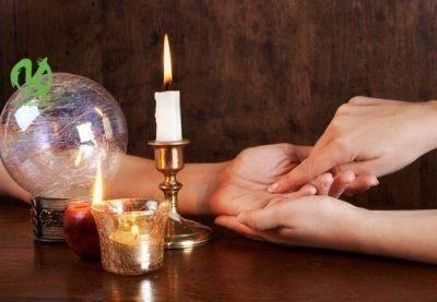 Рука рядом со свечой