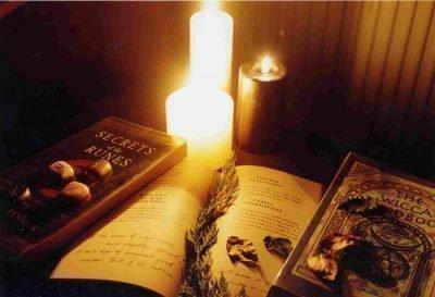 Книги и свечи на столе