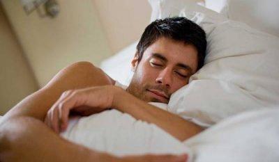 Мужчина на кровати