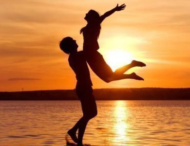 Парень с девушкой на берегу