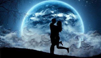 Парень с девушкой на фоне луны