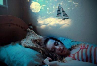 Девушка на кровати