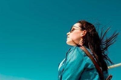 Девушка на ветру