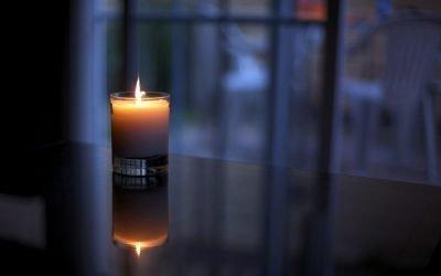 Окно со свечой