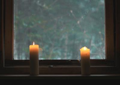 Свечи на окне