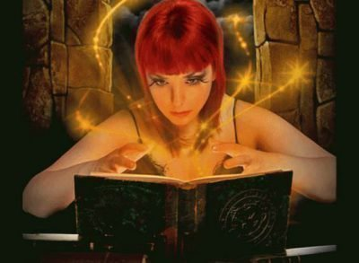 Женщина читает заговор