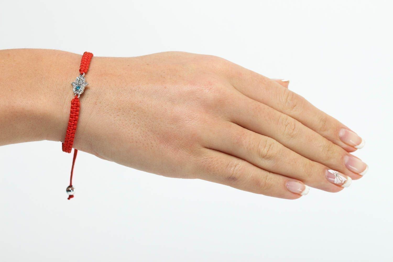 На какой руке носить браслет от сглаза