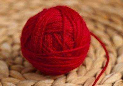 Моток красных ниток