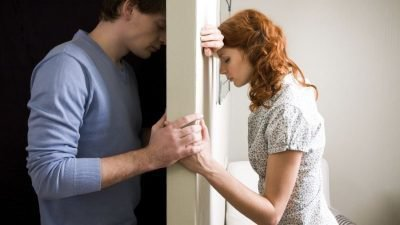 Девушка за дверью