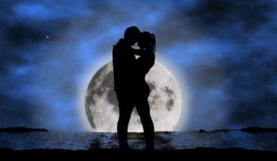 Пара на фоне луны
