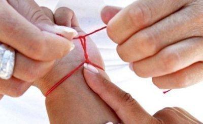 Браслет из нитки на руке