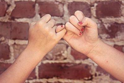 Мизинцы в знак дружбы