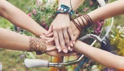 Руки подруг