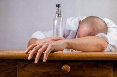 Мужчины часто начинают пить
