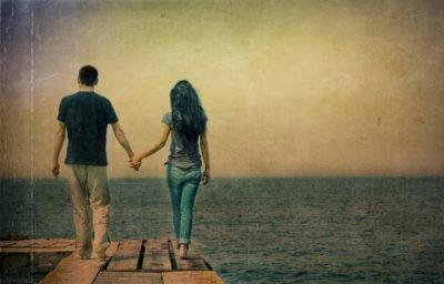 Парень и девушка идут к морю