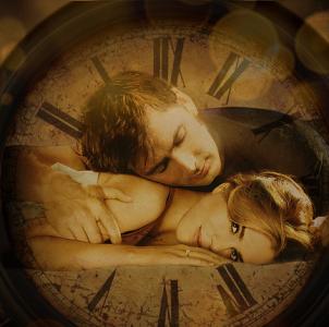 Парень с девушкой на фоне часов