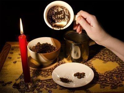Свеча, блюдце, две чашки с кофе