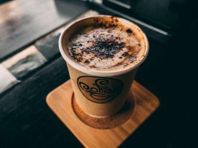Стаканчик кофе на подставке