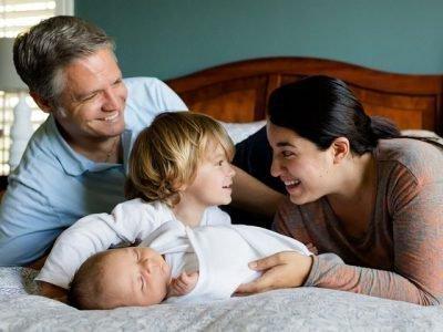Семья с двумя детьми на кровати