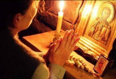 Человек молится в церкви
