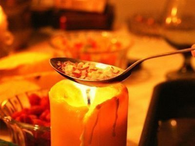 Свеча, ложка, чаши с водой