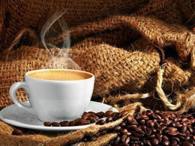 Чашка кофе, кофейные зерна, мешок