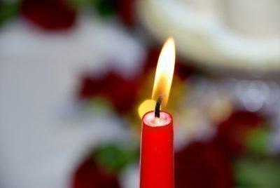 Красная свеча горит