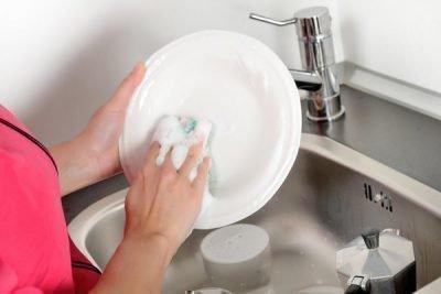 Мытье посуды в чужом доме, приметы