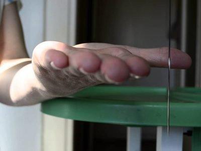 женская рука иголка с ниткой и столик