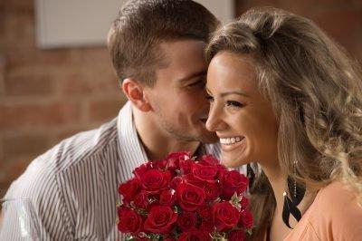 Мужчина с девушкой в кафе