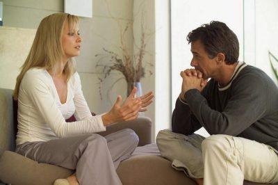 Мужчина с женщиной говорят