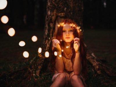Девочка, в в лесу с огоньками