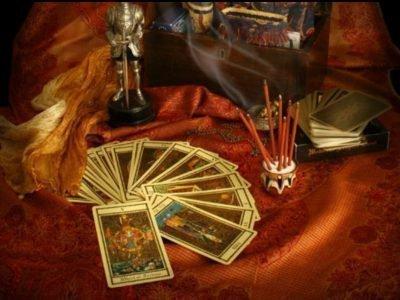 карты, подсвечник зеркало на красной скатерти