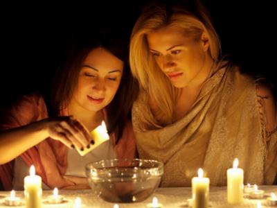 Две девушки гадают на свечах