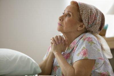 Взрослая женщина молится