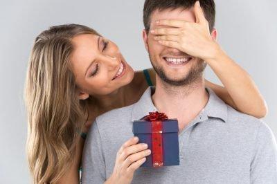 Женщина дарит подарок мужчине