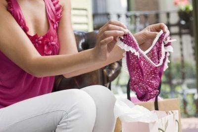 Женщина одевает нижнее белье