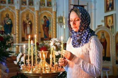 Женщина с церковной свечойЖенщина с церковной свечой