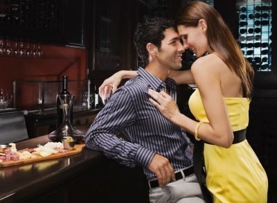 Женщина соблазняет мужчину