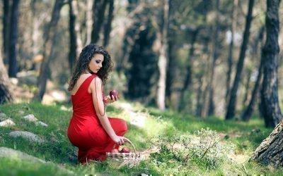 Женщину в лесу