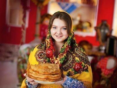 девушка в платке с блинами
