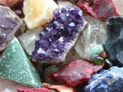 Обломки цветных камней
