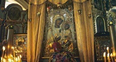 Молитва перед иконой Богоматери в церкви