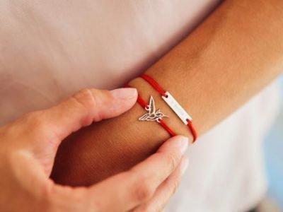 Красная нить на запястье одной руки