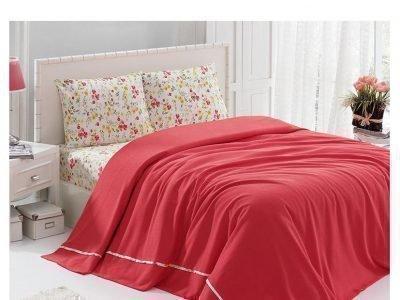 Кровать с красным покрывалом