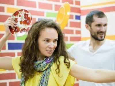 Мужчина и женщина держат в руках тарелки