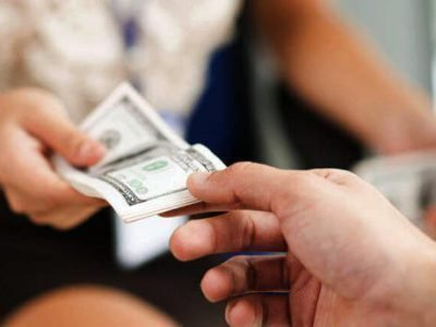 Брать деньги правой рукой нельзя