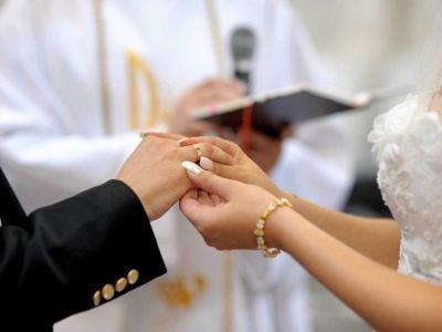 обрученные перед священником
