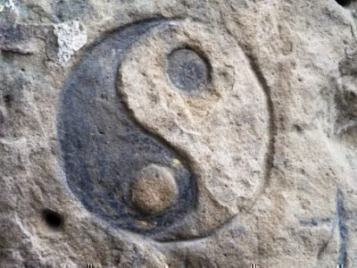 Знак Инь ян на камне