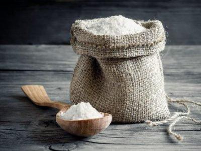 Холщовый мешочек и деревянная ложка с солью